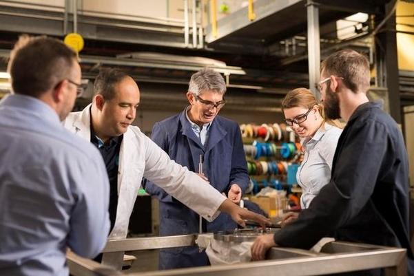 호주 연방과학산업연구기구(CSIRO) 연구원들이 수소 생산 소재를 연구하는 모습. CSIRO는 금속분리막을 이용해 암모니아에서 고순도 수소를 추출하는 기술을 갖고 있다. /CSIRO