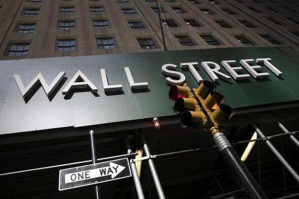 2일(현지 시각) 미 금융의 중심지인 뉴욕 월스트리트 빌딩의 간판이 보인다. 월스트리트저널(WSJ)은 S&P 500 지수에 상장된 에어컨 제조사 캐리어의 주가가 143% 상승해 '최강자의 자리'에 올랐다고 보도했다. /AP 연합뉴스
