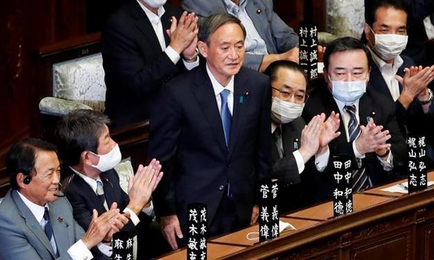 스가 요시히데 일본 신임 총리가 16일 중의원에서 새 총리로 선출된 직후 일어서 의원들의 박수를 받고 있다. /로이터=연합뉴스