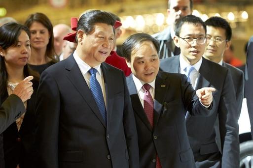 2014년 4월 시진핑 중국 국가주석이 리수푸(빨간 넥타이 맨 사람) 저장지리 회장과 함께 스웨덴 볼보 제조 공장을 방문했다. 저장지리는 2010년 볼보를 인수했다. /볼보
