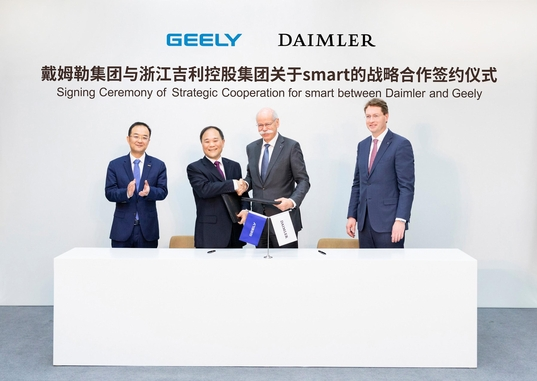리수푸(왼쪽 두 번째) 중국 저장지리홀딩그룹 회장과 디터 체체 독일 다임러 회장이 2019년 3월 스마트 개발을 위한 전략적 협력 서명식에서 악수하고 있다. /다임러