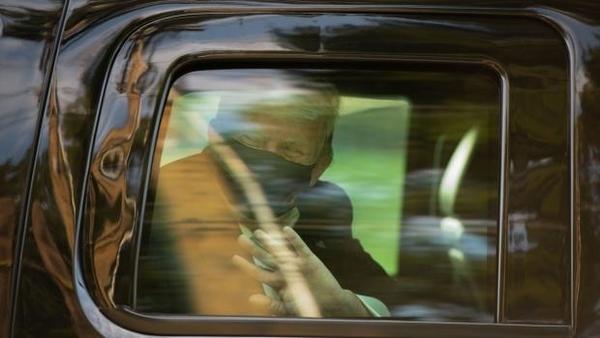 도널드 트럼프 미국 대통령이 신종 코로나바이러스 감염증(코로나19) 치료를 마치고 전용 차량을 통해 퇴원하고 있다. /AP연합뉴스