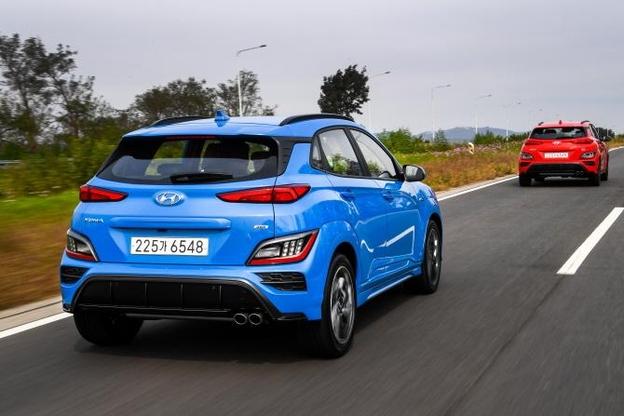 현대자동차는 15일 소형 SUV 코나의 페이스리프트 모델을 출시했다. 이번에 새로 추가된 N라인 모델 차량이 주행하고 있다. /현대자동차