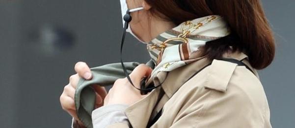 쌀쌀한 날씨를 보인 16일 아침. 서울 시내에서 한 시민이 스카프를 매고 하고 있다./연합뉴스