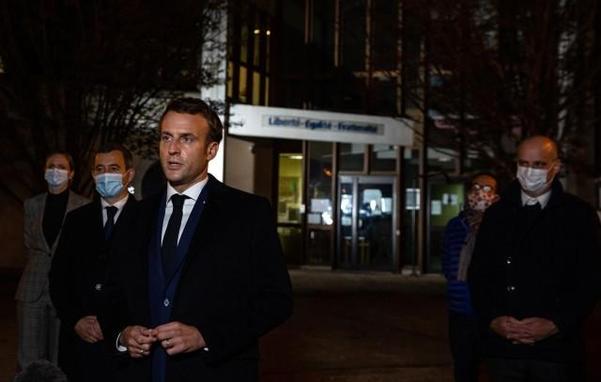 프랑스 교사 참수 사건 현장을 방문한 에마뉘엘 마크롱 프랑스 대통령 /EPA 연합뉴스