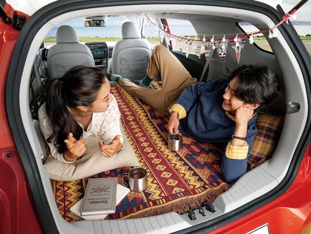 쌍용자동차가 지난 7일 출시한 소형 SUV 티볼리의 장축 모델 티볼리 에어는 소형 SUV 가운데 내부 공간이 가장 넓다. 뒷좌석을 접으면 키 185cm인 성인 남성이 누울 수 있을 정도다. /쌍용자동차