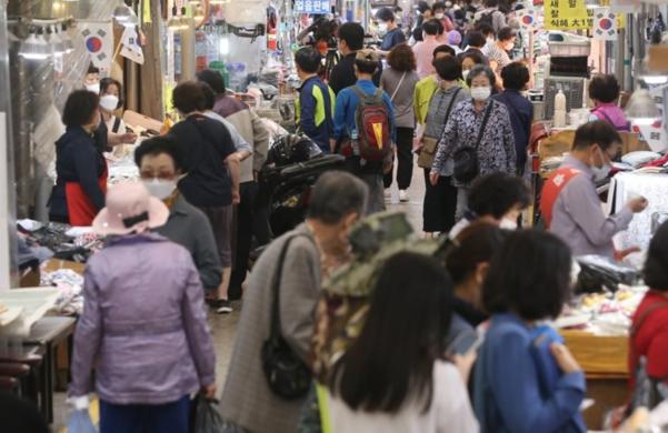 29일 서울 시내 한 전통시장에서 시민들이 장을 보고 있다./연합뉴스