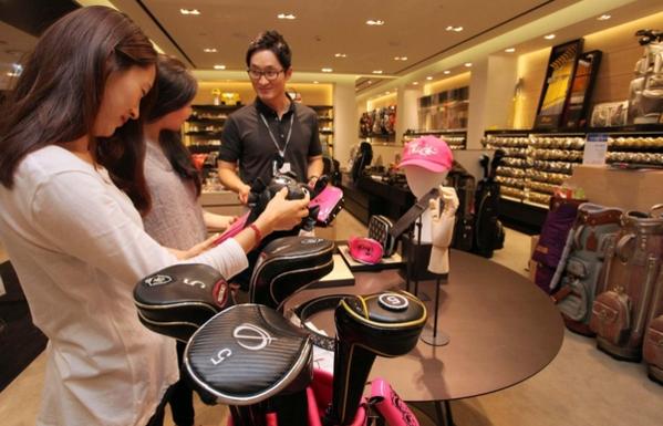 신세계백화점 골프샵에서 여성 고객들이 골프장비를 살펴보고 있다./신세계백화점 제공