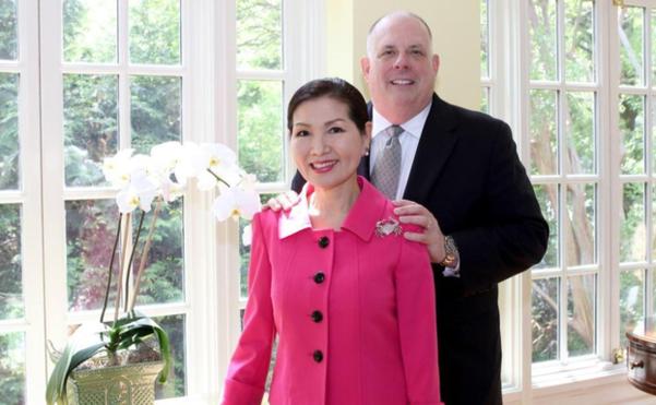 래리 호건(오른쪽) 메릴랜드 주지사와 그의 한국인 부인 유미 호건 여사. /트위터 캡처