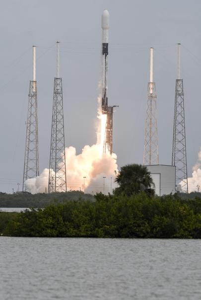 미국의 우주탐사 기업 스페이스X의 팰컨9 로켓이 24일(현지시각) 60기의 스타링크 통신위성을 싣고 플로리다주 케이프커내버럴 공군기지에서 발사되고 있다. 테슬라 최고경영자(CEO) 일론 머스크가 설립한 스페이스X는 이로써 12년 만에 100번째 로켓 발사에 성공했다. /AP 연합뉴스