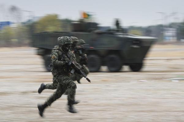 지난 18일 경기도 고양시 킨텍스에서 열린 2020 대한민국방위산업전에서 장병이 돌격하고 있다. /연합뉴스