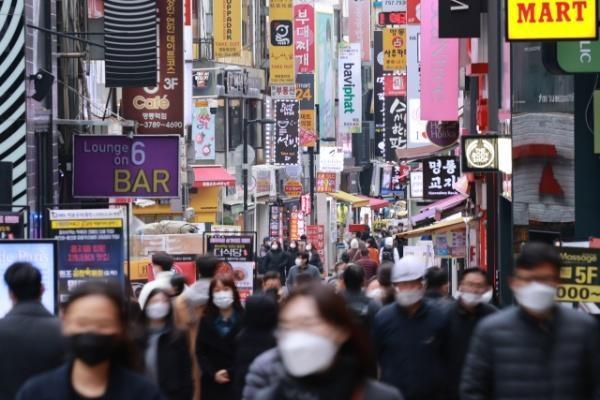 20일 서울 중구 명동 거리에서 시민들이 오가고 있다. /연합뉴스