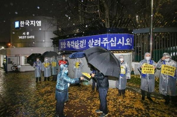한국GM의 협력부품업체들은 유동성 위기로 인한 부도 가능성을 호소하고 나섰고, GM 본사에서는 한국 시장 철수를 시사하는 강력한 경고 메시지까지 나왔다. /연합뉴스