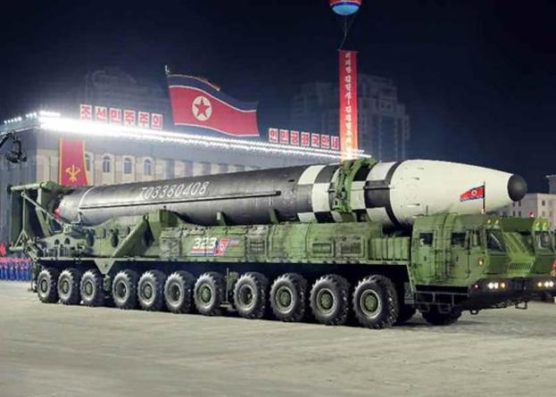 북한이 10월 10일 노동당 창건 75주년 기념 열병식에서 미 본토를 겨냥할 수 있는 신형 대륙간탄도미사일(ICBM)을 공개했다. 신형 ICBM은 화성-15형보다 미사일 길이가 길어지고 직경도 굵어졌다. 바퀴 22개가 달린 이동식발사대(TEL)가 신형 ICBM을 싣고 등장했다. /노동신문 홈페이지 캡처