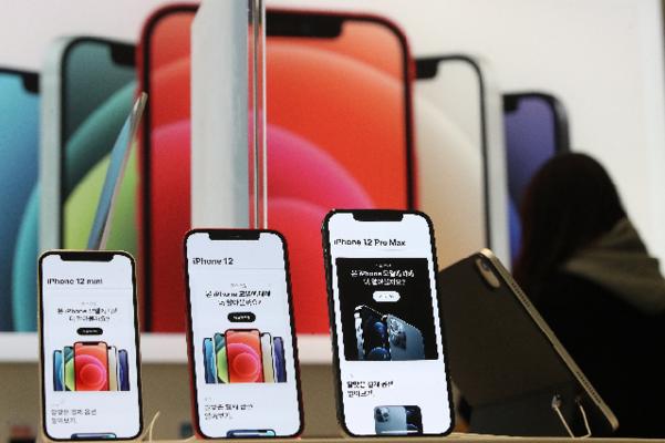 아이폰12 미니와 프로 맥스가 국내 정식 출시한 20일 오후 서울 중구 프리스비 명동점에 고객들이 기기를 체험하고 있다. /연합뉴스