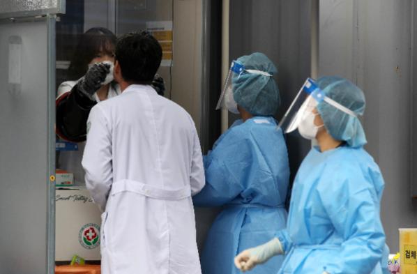 20일 오후 광주 동구 전남대학교병원 선별진료소에서 코로나19 검사를 받는 의료진. /연합뉴스