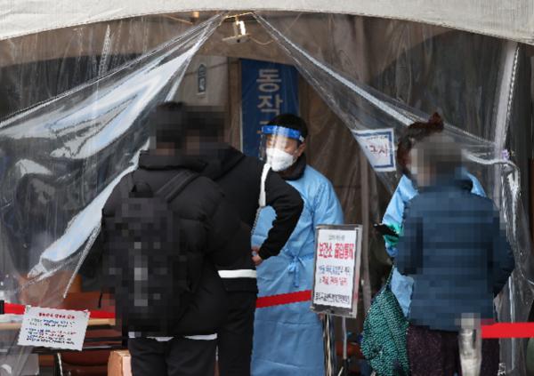 지난 20일 동작구보건소에서 학원생들이 검사를 받기 위해 선별진료소로 들어서고 있다. /연합뉴스