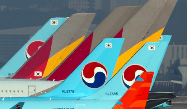 정부와 산업은행이 지난 16일 대한항공의 아시아나항공 인수를 공식화했다. 인천국제공항 계류장에 대한항공과 아시아나항공 항공기들이 서있다. /연합뉴스