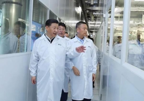 지난 2018년 중국 우한에 있는 YMTC 공장에서 시진핑(왼쪽) 중국 국가주석이 자오웨이궈(가운데) 칭화유니그룹 회장, 양스닝(오른쪽) YMTC 최고경영자와 함께 반도체 생산 라인을 둘러보고 있다. /YMTC 제공