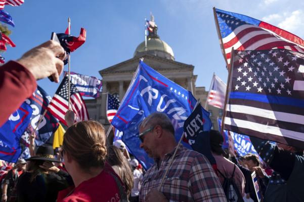 2020년 11월 21일(현지시각) 조지아 주도 애틀랜타에서 트럼프 대통령 지지자들이 시위를 하고 있다. / AP연합뉴스