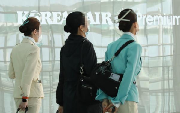 인천국제공항 2터미널에서 이동하는 대한항공 승무원들. /연합뉴스