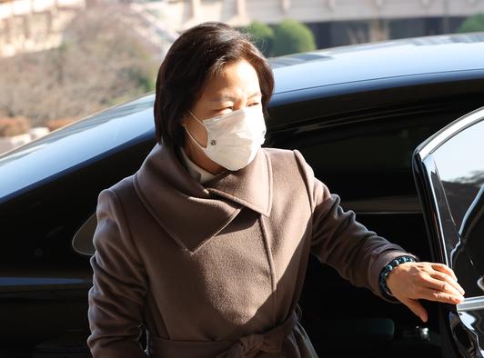 추미애 법무부 장관이 26일 오후 정부과천청사로 들어서고 있다. /연합뉴스