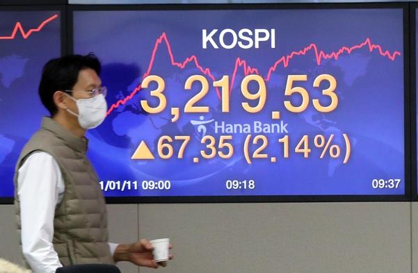 11일 하나은행 본점 딜링룸 모습. /연합뉴스