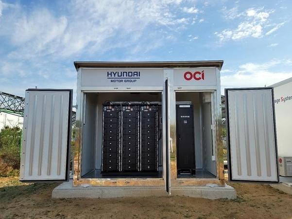 현대차그룹과 OCI가 공주 태양광발전소에 설치한 ESS 큐브 / OCI 제공