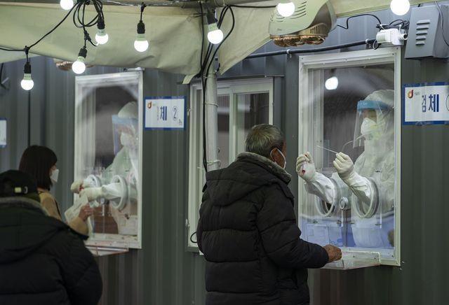 지난 3일 서울역 광장에 마련된 코로나19 중구임시선별검사소에서 검사가 진행되는 모습. /박상훈 기자