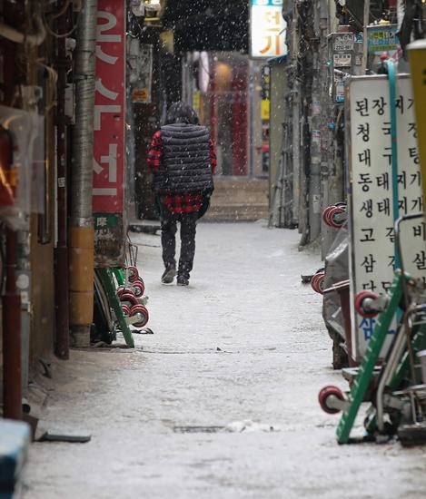 이달 12일 오후 눈이 오는 서울 중구 명동 식당 골목이 인적이 끊겨 한산한 모습이다. /연합뉴스