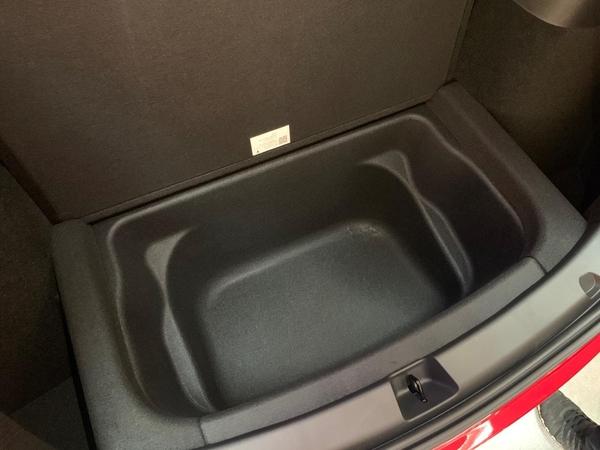 (사진 위부터)테슬라 모델Y 프렁크(보닛 안 빈 공간)와 트렁크, 트렁크 아래 공간./변지희 기자