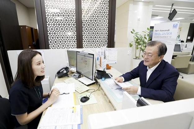 문재인 대통령이 2019년 8월 26일 서울 중구 농협은행 본점 영업부 창구에서 '필승코리아펀드'에 가입하고 있다. /청와대 제공