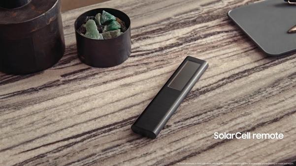 태양광으로 충전해 일회용 배터리 사용을 줄이는 삼성전자의 새 리모컨. /삼성전자 유튜브