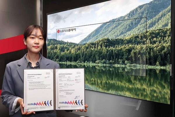 친환경 소재를 사용했다는 인증을 받은 LG OLED 디스플레이. /LG디스플레이 제공