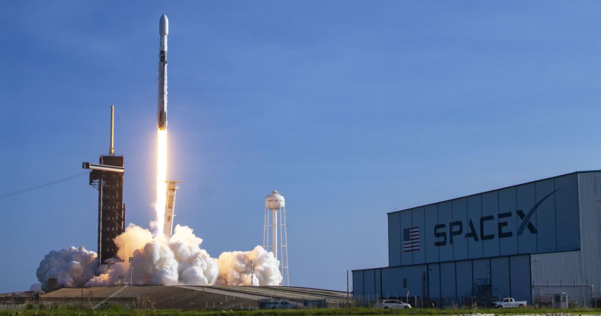 스페이스X가 통신용 위성을 담은 로켓을 우주로 쏘아올리고 있는 모습. /스페이스X