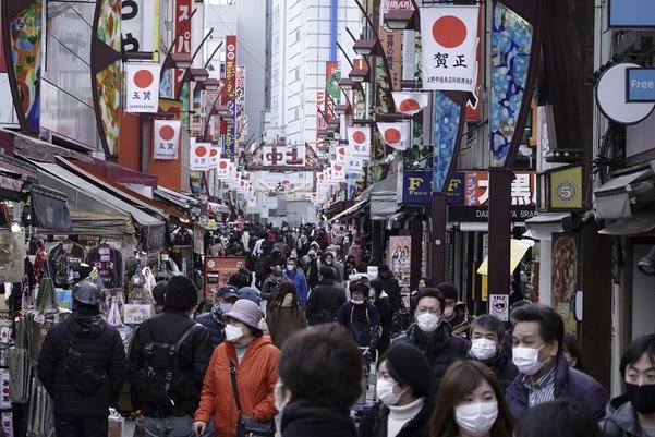 일본이 신종 코로나 바이러스 감염증(코로나19) 확산 방지를 위해 긴급사태를 선포한 가운데 지난 11일 도쿄 우에노의 전통시장이 쇼핑객으로 북적이고 있다. /AP연합뉴스