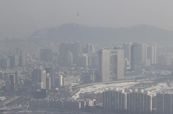 수도권 지역에 미세먼지 농도가 '나쁨' 수준을 보이는 13일 오전 서울 영등포구 63빌딩 전망대에서 바라본 서울 시내 일대가 뿌옇다. /연합뉴스