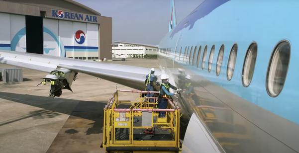 대한항공 직원들이 퇴역한 HL7530 항공기를 분해하고 있다. 대한항공은 HL7530을 분해해서 나온 항공기 표면을 활용해 네임택으로 제작했다. /대한항공 제공