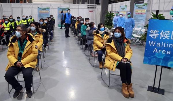 15일 중국 베이징 차오양구에서 신종 코로나바이러스 감염증(코로나19) 백신 접종 희망자들이 백신을 맞기 전에 대기하고 있다. /연합뉴스