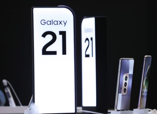 '갤럭시 S21'자급 자족 폰 인기 … 저렴한 폰 웃음과 통신사 울음