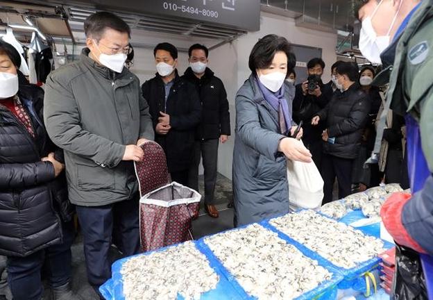 원 회장 안팎, 설날 전 소래 포구 시장 방문… 화재 3 년 만에 재개 장