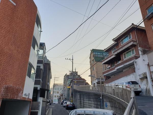[르포] 주 2 · 4 회… 빌라 문 '턱', 아파트 '업라이트'