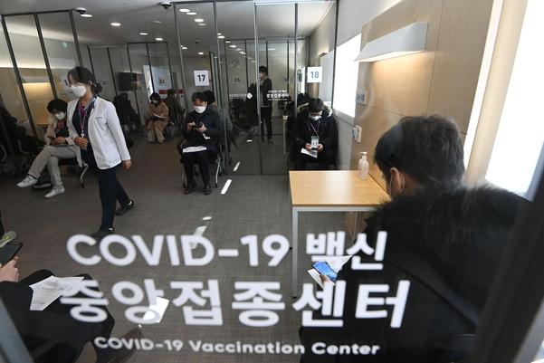 정부는 내일 AZ 백신을 포함하여 2 월과 3 월에 예방 접종 계획을 발표합니다