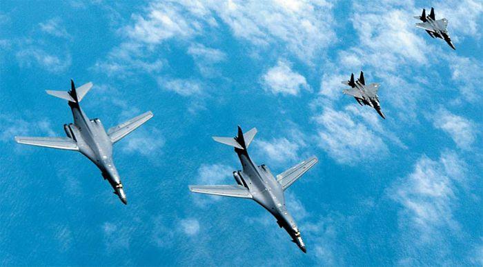 20일 한반도 상공에 전개된 미국의 전략폭격기 B-1B 랜서(왼쪽) 2대가 한국 공군의 F-15K 전투기(오른쪽) 2대의 호위를 받으며 비행하고 있다. 북한에 억류됐다가 혼수상태로 석방된 미국 대학생 오토 웜비어가 사망한 지 수 시간 만에 미군은 B-1B를 출격시키고 그 사실을 이례적으로 적극 홍보했다.