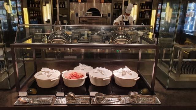 그랜드 하얏트 제주의 중식당 '차이나 하우스'의 모듬 딤섬과 스카이 라운지의 바 '라운지 38'에서 판매하는 음료, 다국적 뷔페 식당 '그랜드 키친'의 공개 주방(맨 위 왼쪽에서부터 시계 방향으로). /유한빛 기자