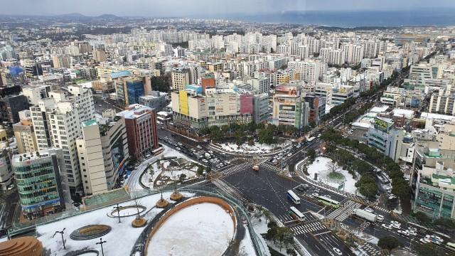 그랜드 하얏트 제주 28층 스탠다드룸 객실에서 내려다 본 제주시 전경과 바다. /유한빛 기자