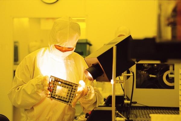 삼성전자 메모리 반도체 라인에서 한 직원이 생산에 필요한 설계 회로도 기판의 이상 여부를 살펴보고 있다. /삼성전자 제공