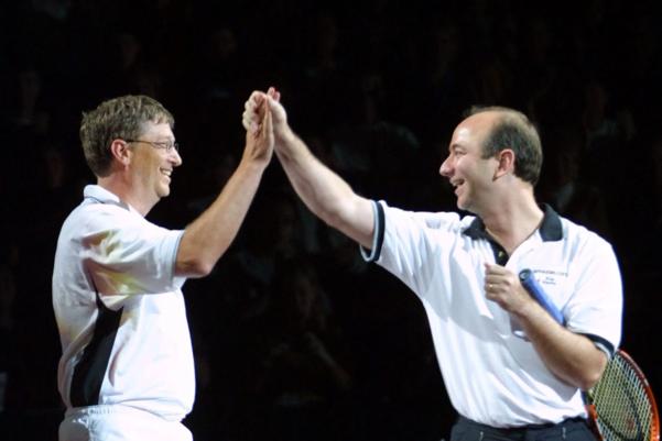 2001년 함께 테니스를 즐기며 즐거워하는 빌 게이츠(왼쪽)와 제프 베이조스. /트위터 캡처