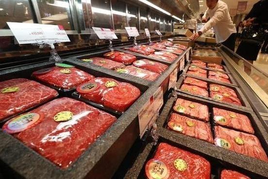 서울의 한 백화점 식품코너 진열대에 한우 선물세트가 진열돼 있다/연합뉴스