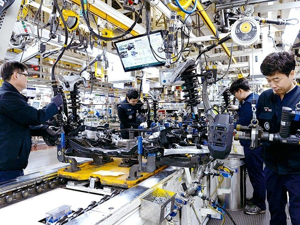 현대모비스 울산공장에서 직원들이 서스펜션(충격흡수장치) 관련 부품 생산을 하고 있다. /현대차그룹 제공